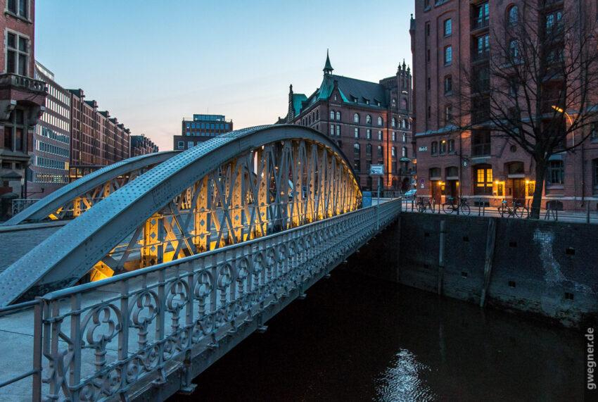 Blaue Stunde in Hamburg mit der D500 aus der Hand aufgenommen. (ISO 1.600, 1/30)