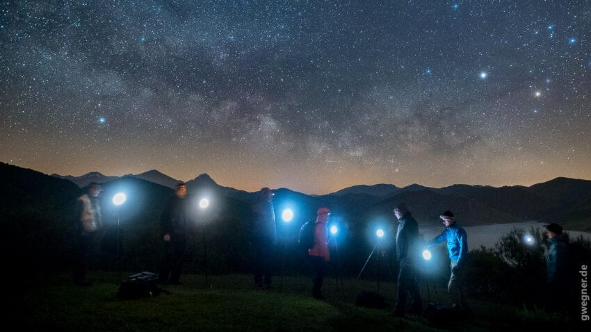 Und natürlich darf die Nachtfotografie nicht fehlen. Hier in Nordspanien gibt es noch recht wenig Lichtverschmutzung und die frühsommerliche Milchstraße geht kurz nach Einbruch der Dunkelheit auf. Hier sieht man mal den krassen Helligkeitsunterschied zwischen den Displays unserer Kameras und dem Sternenhimmel.