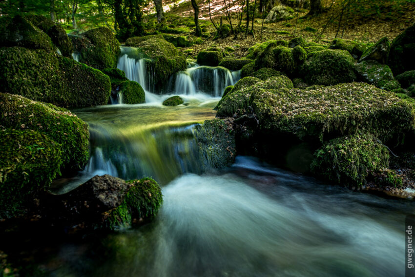 Langzeitbelichtung eines kleinen Wasserfalls