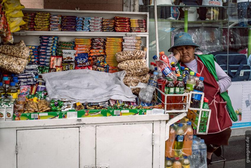 Straßen-Verkäuferin in Arequipa beim Nickerchen.