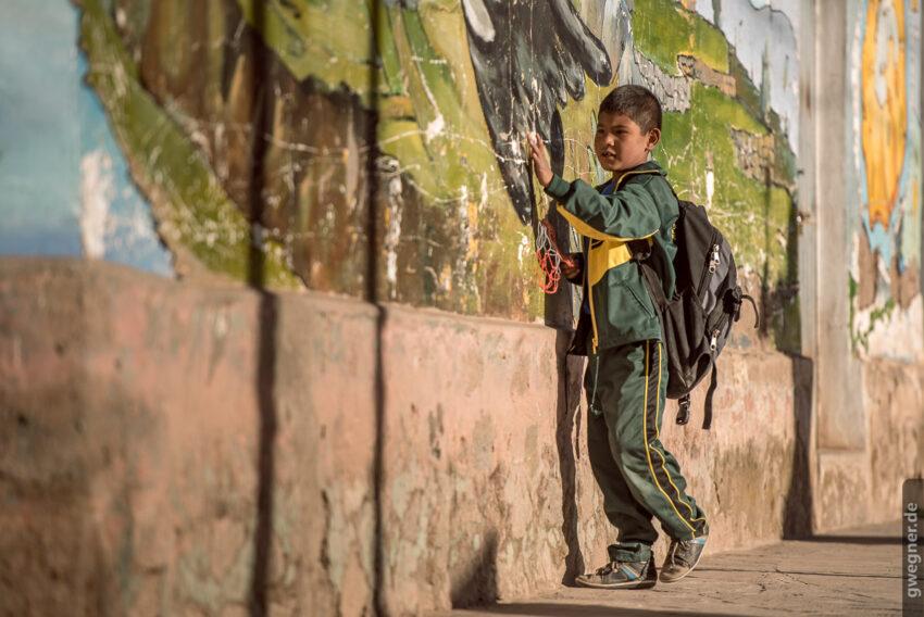Dieser Schuljunge ist fasziniert von dem Mural eines Kondors