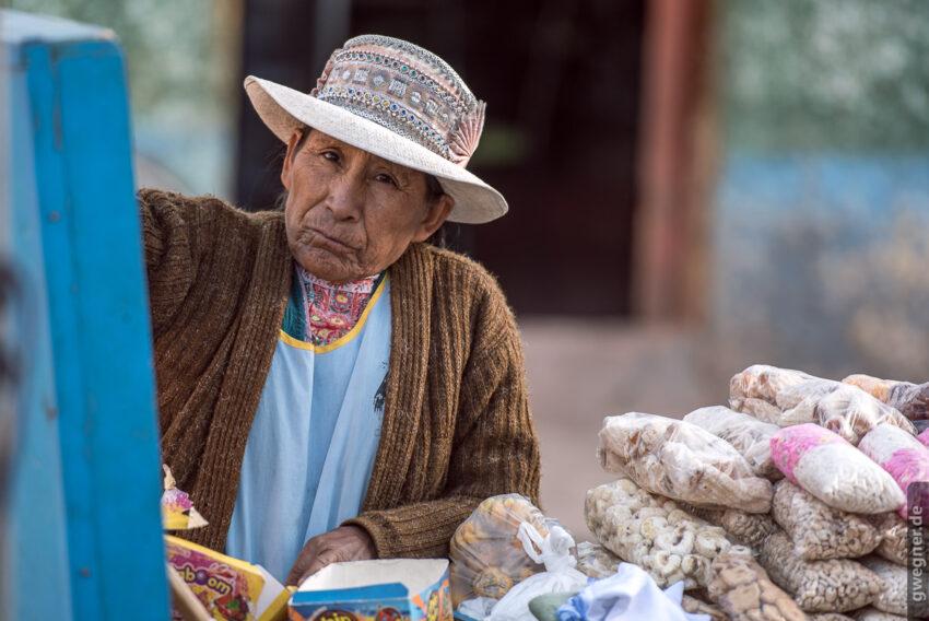 Marktfrau verkauft das typische Hochland-Popcorn.