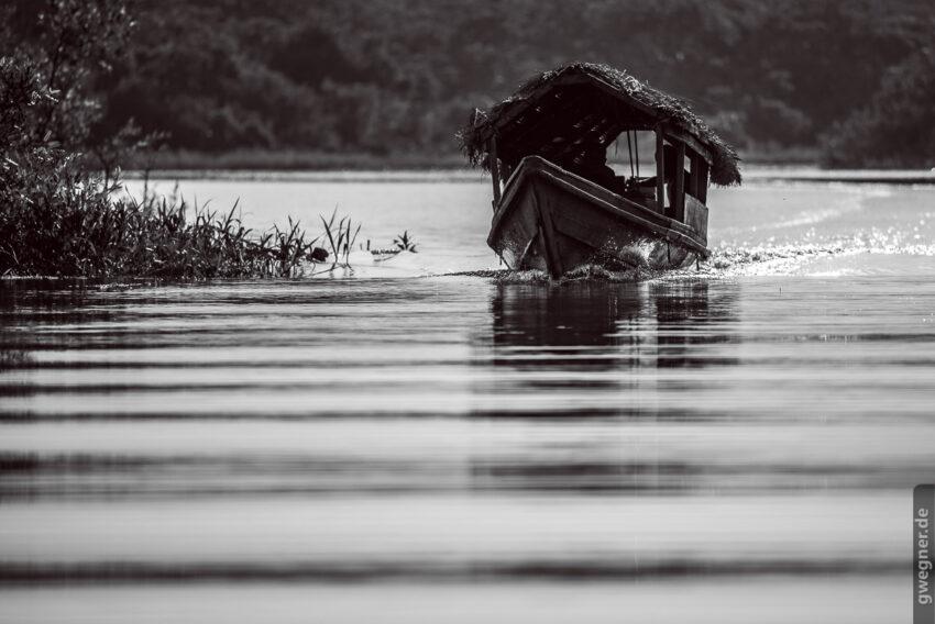Wunderschöne Boote auf dem glatten Wasser der Schwarzwasserflüsse
