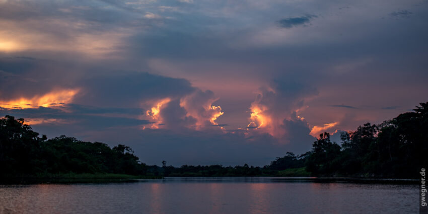 Abendstimmung über dem Amazonas Zufluss
