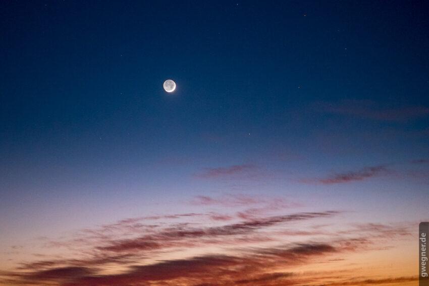 Perfekte Planung. Erst am letzten Abend zeigt sich im Westen der zunehmende Mond mit einer hauchdünnen Sichel. (Nikon D750, Sigma 85mm Art f/1.4, 1/30, ISO 3.200)