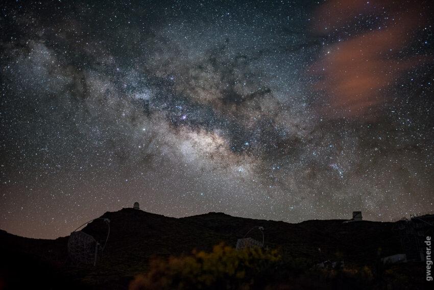 Magic Telescopes im Vordergrund. Nikon D750, 35mm f/1.4, 15 Sekunden, ISO 3200.