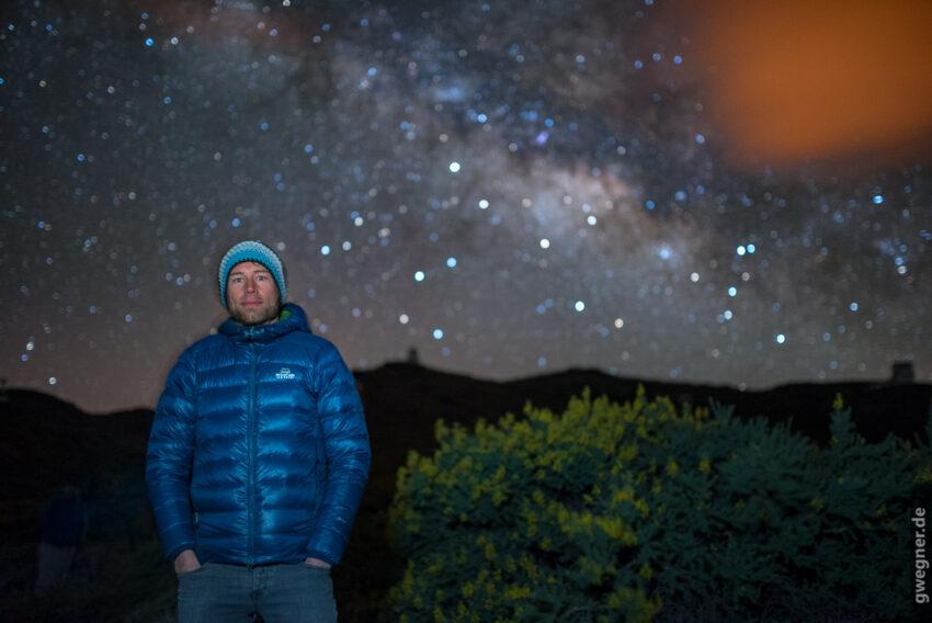 Portrait vor Milchstraße. Nikon D750, Sigma Art 35mm f/1.4, 15 Sek, ISO 3.200. Vordergrund-Beleuchtung mit Handy Display. Gar nicht so einfach, so lange komplett ruhig zu stehen...