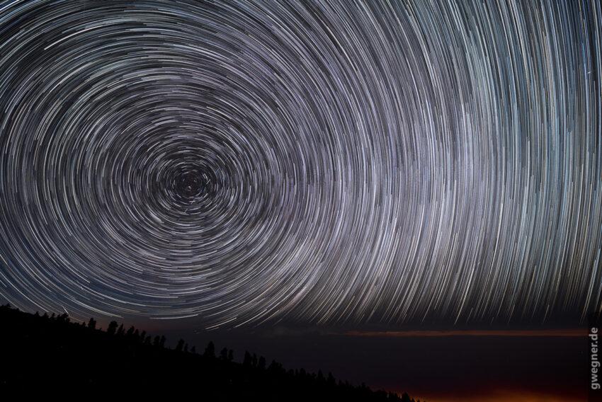 Startrails - eine Überlagerung eines Zeitraffers in einem Bild.