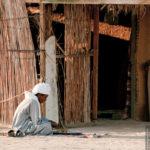 Nomade vor seiner Hütte