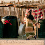 Nomadenfrau beim Wäschewaschen