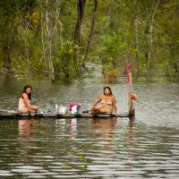 Frauen beim Wäsche waschen in den Flusswäldern des Amazonas