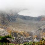 Der Vulkan Poas - oft im Nebel, hier durch ein Guckloch!