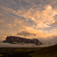 Die Sonne geht unter und Wolken umrahmen nun die Tafelberge