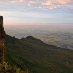 Links der Roraima, rechts die endlose Weite der Gran Sabana